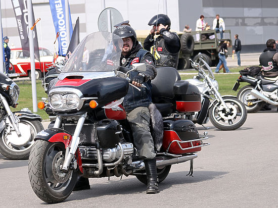 Ранее колонну байкеров задержала полиция, несмотря на присутствие в ней российского дипломата