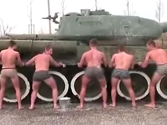 Очередной тверк-скандал: в Новороссийске полуголые кадеты сплясали на мемориальном танке