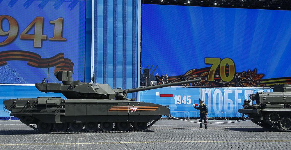 Остановившийся на Красной площади танк «Армата»