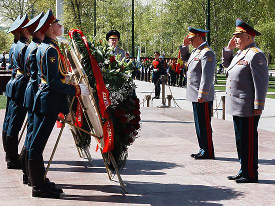 Сергей Шойгу возложил венок к Могиле Неизвестного Солдата