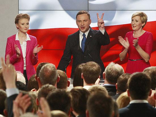 По данным экзит-поллов, нынешний глава государства проигрывает кандидату от партии Качиньского