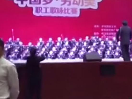 В Китае хор из 80 человек рухнул под сцену и продолжил петь