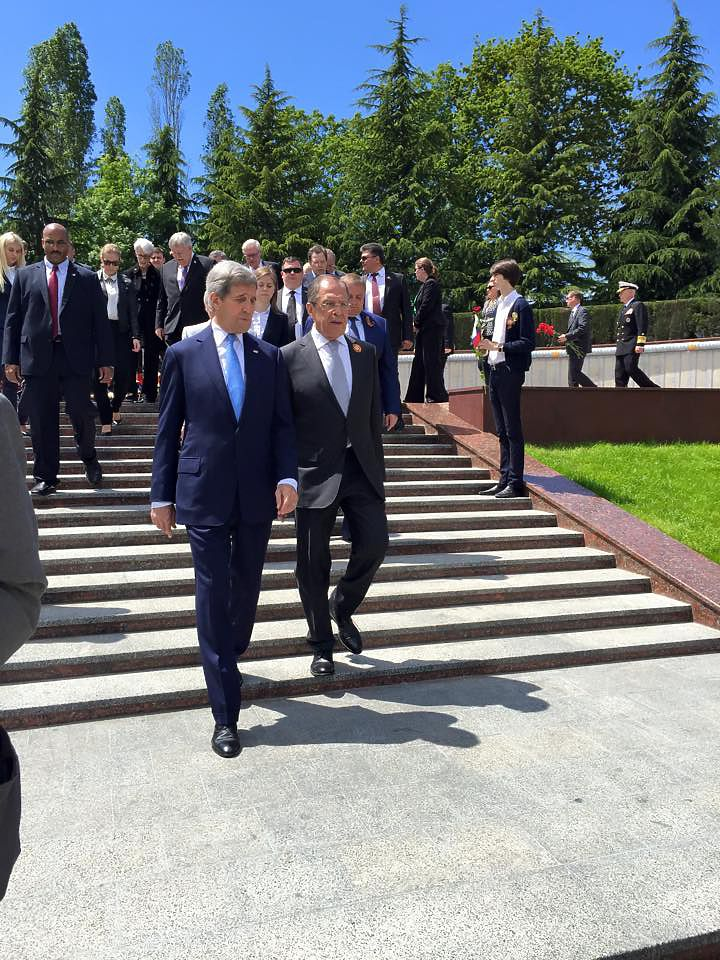 """Лавров встретил Керри на """"Победе"""" и с помидорами"""