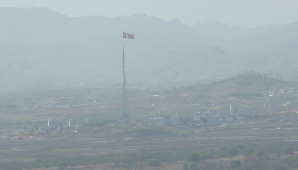 Две Кореи: фоторепортаж с границы между двумя странами.