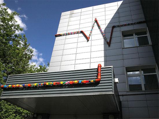 На фасаде Морозовской больницы появилась гигантская кардиограмма