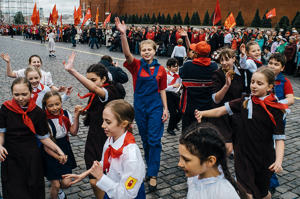 Марш пионеров с портретом Сталина