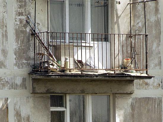 Житель Петербурга чуть не скинул дочь с балкона за миллион рублей