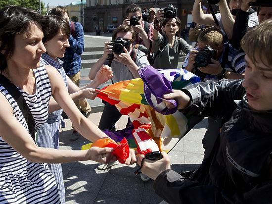 После запрета гей-парада ЛГБТ-активиста и его мать вызвали на допрос