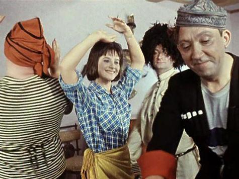 chulkah-muzh-zastavil-zhenu-dat-troim-video-korotkom-chernom-plate