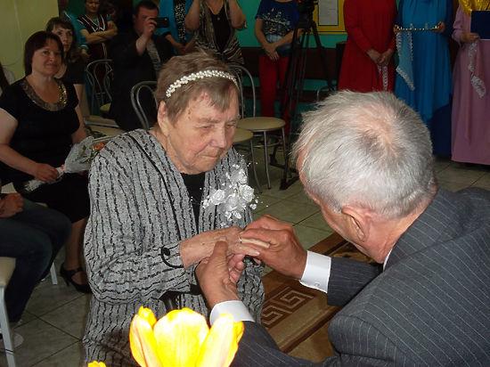 В доме престарелых прошла необычная свадьба: жениху 66, невесте 93