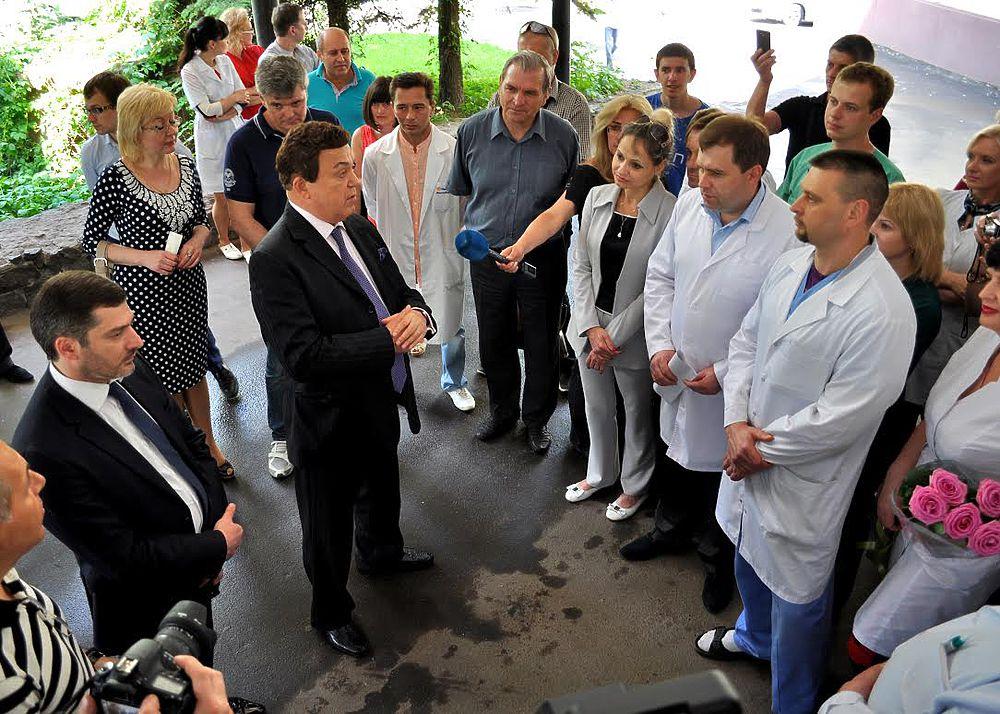 Кобзон в Донецке спел для врачей