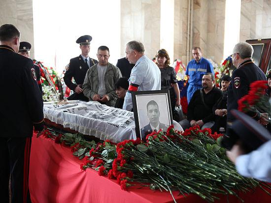 «Не испорченный системой был парень». В Москве простились с убитым на МКАД полицейским