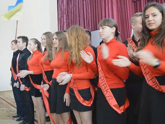Выпускники были одеты в красно-черную форму