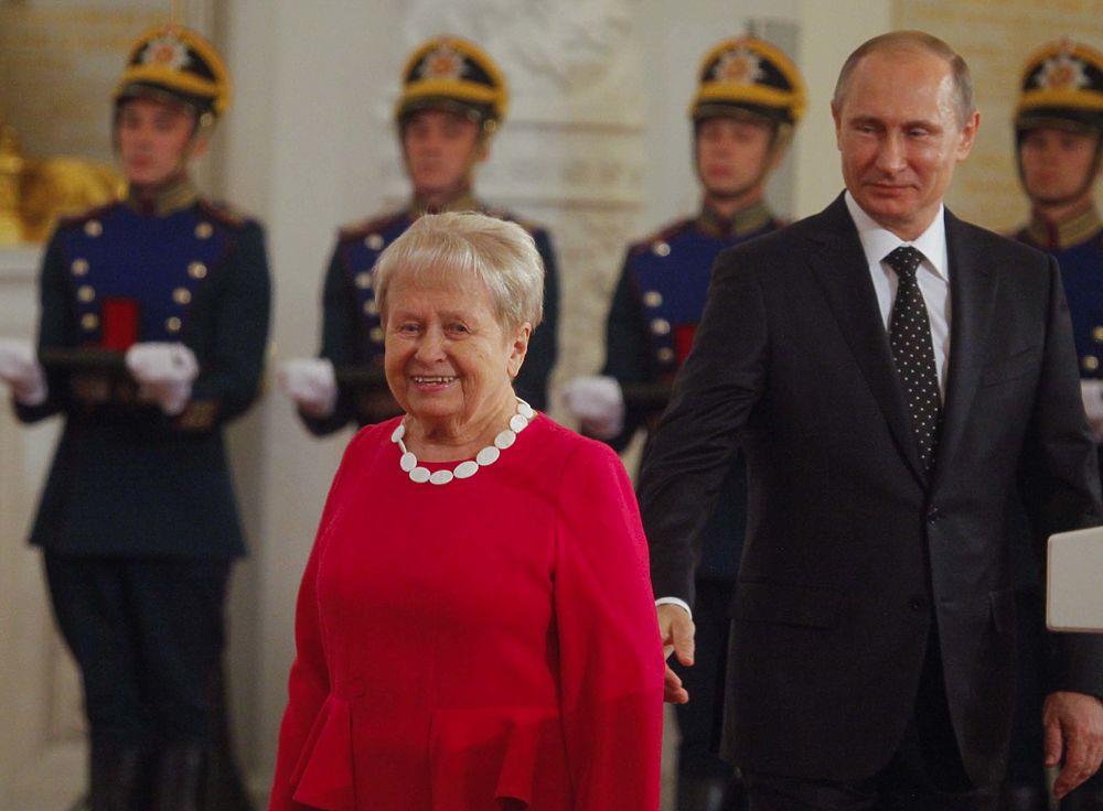 Путин вручил госпремии в День России в Кремле