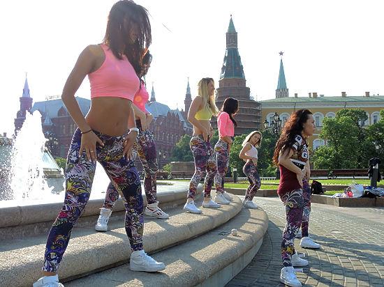 Жопы женщин клип танцующими задницами волосатых лесби русское