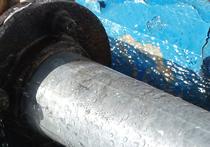 Коммунальщики пытались демонтировать трубу, которая упала на ребенка