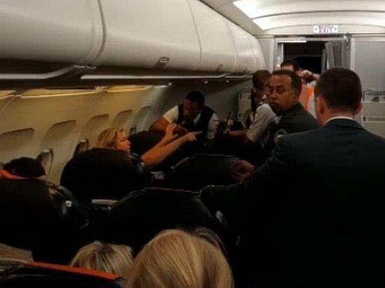 """Даму сняли с рейса """"Париж-Москва"""" за дебош на борту"""