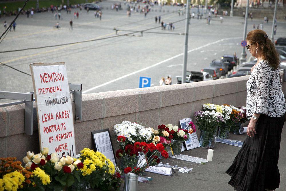 Импровизированный мемориал Немцова был разрушен и воссоздан вновь