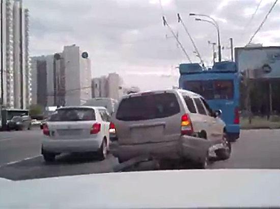 Грабители похитили из автомобиля рюкзак с крупной суммой на глазах владельца
