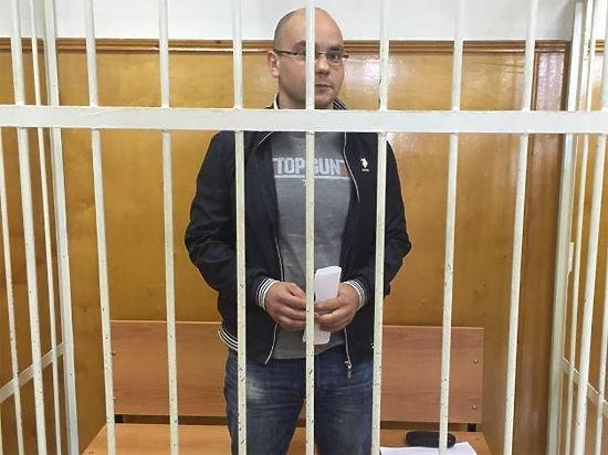 Глава предвыборного штаба ПАРНАС Пивоваров вошел в суд под аплодисменты