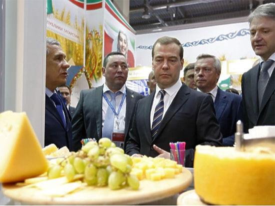 Медведев распорядился уничтожать санкционные продукты