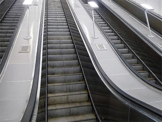 Москвич оставил в метро пальцы, поспорив с эскалатором из-за мобильника
