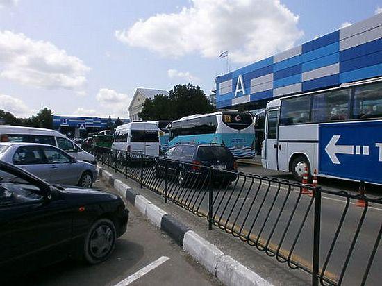 Из аэропорта к морю за день отправляют  120 рейсовых автобусов