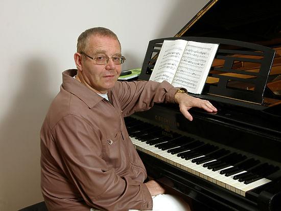 Знаменитый композитор в свои 70 призывает людей не ожесточаться
