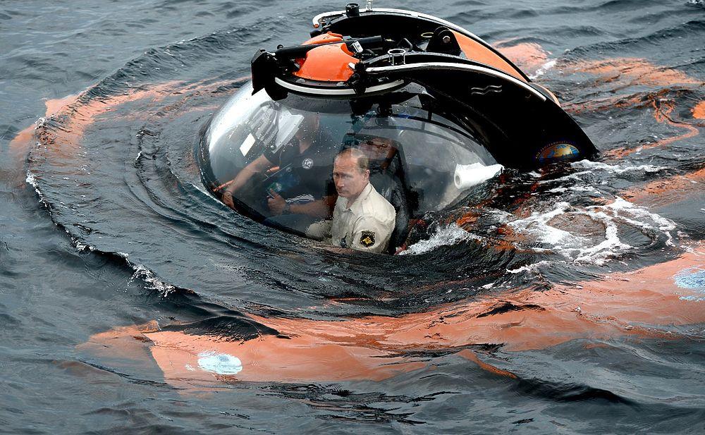 Президент ушел на дно: Путина сажали в батискаф восемь человек