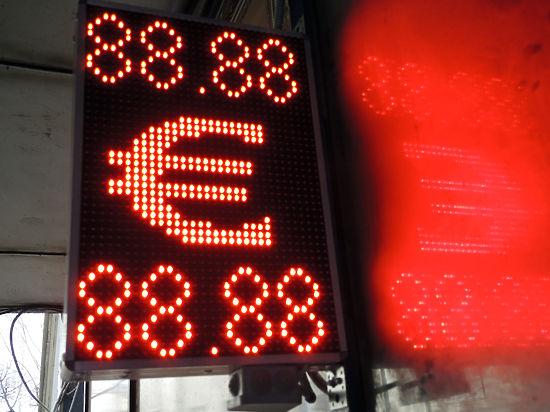 Скоро в обменниках появятся трехзначные курсы