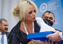 Памела Андерсон поцеловала белого медведя