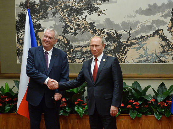 Президент Чехии разговаривал с Путиным без переводчика и захотел закурить
