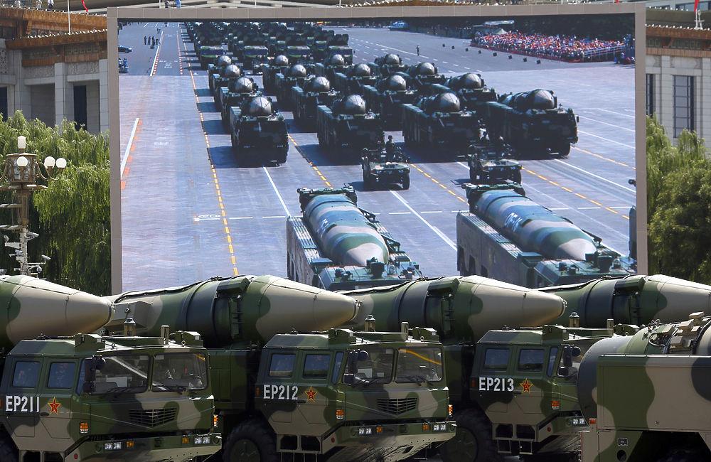 Путину на параде в Пекине показали новинки китайской военной техники