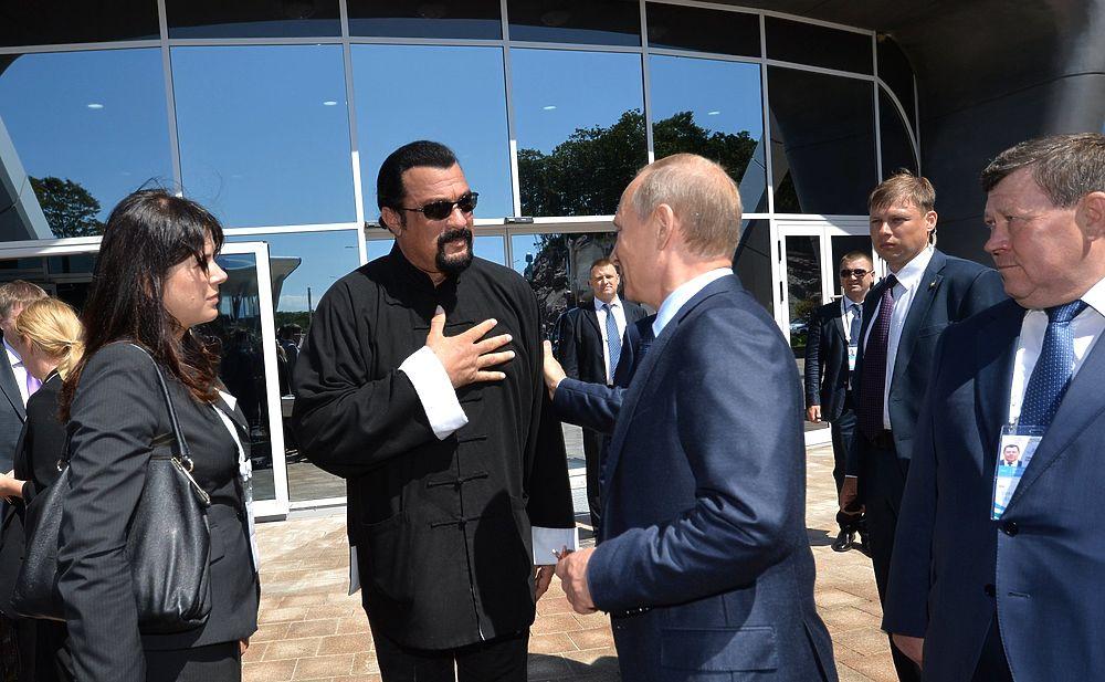 Владимир Путин встретился со Стивеном Сигалом в океанариуме