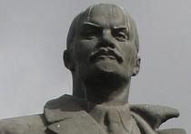 Челябинский памятник Ленину в ночи опять раскрасили в украинские цвета