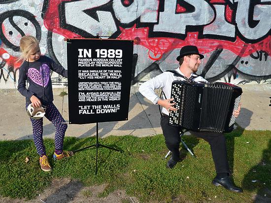 Баянист Айдар Гайнуллин призвал к миру во всем мире у Берлинской стены
