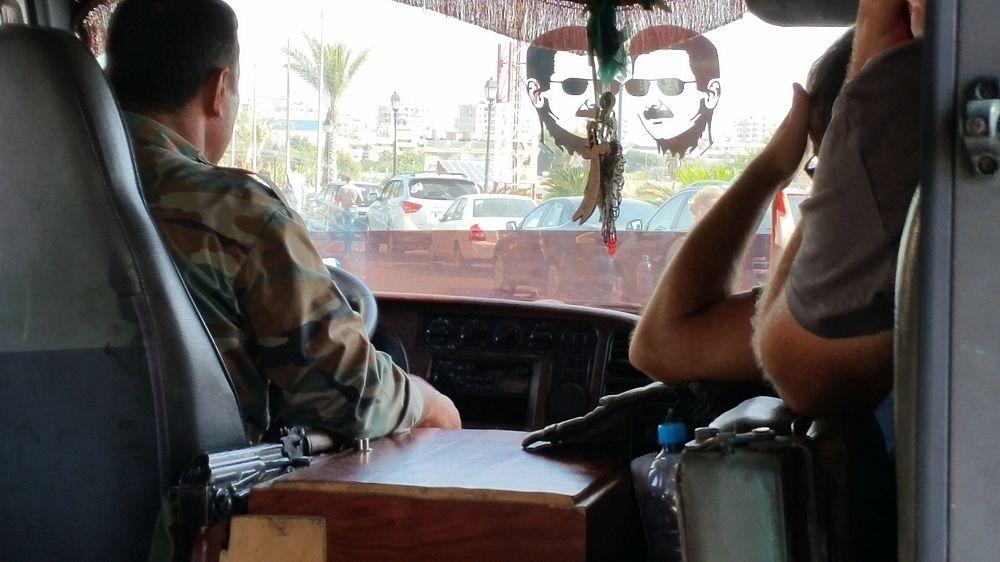 Курортная жизнь прифронтовой Латакии: портреты Асада и пляжи