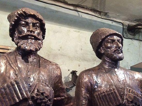 Авторы памятника, высота которого без постамента составляет почти 2,5 метра, — известные краснодарские скульпторы Валерий Пчелин и Алан Корнаев