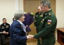 Министр обороны Сергей Шойгу вручил награду женщине-ветерану