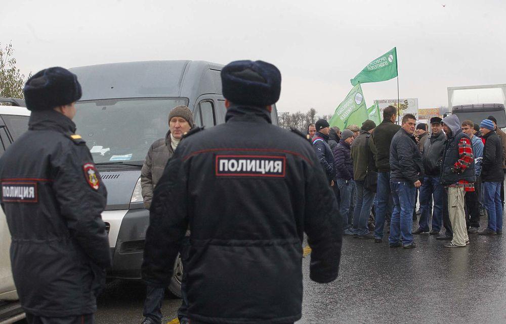 Бастующие дальнобойщики провели демонстрацию против сборов на трассе М-4 Дон