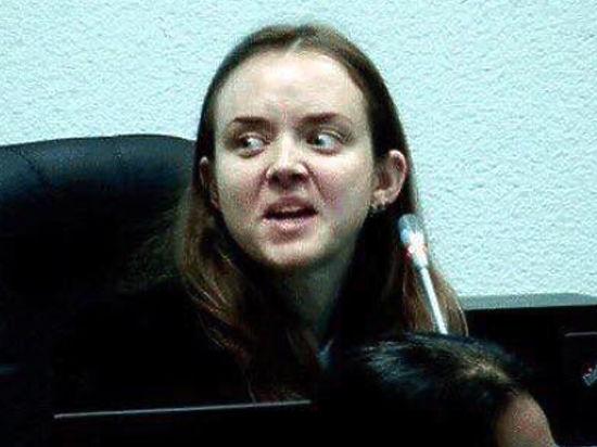 В отличие от Натальи Поклонской представительница эстонского обвинения распугала блогеров своей мимикой
