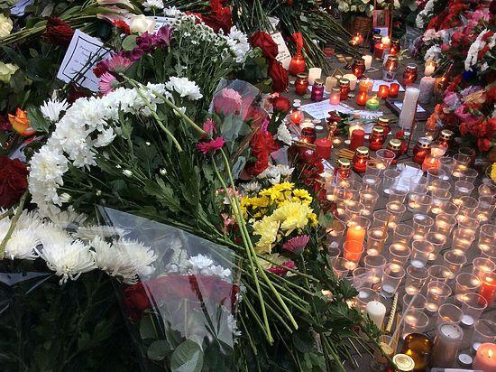 Москва соболезнует Франции: горожане несут цветы к посольству