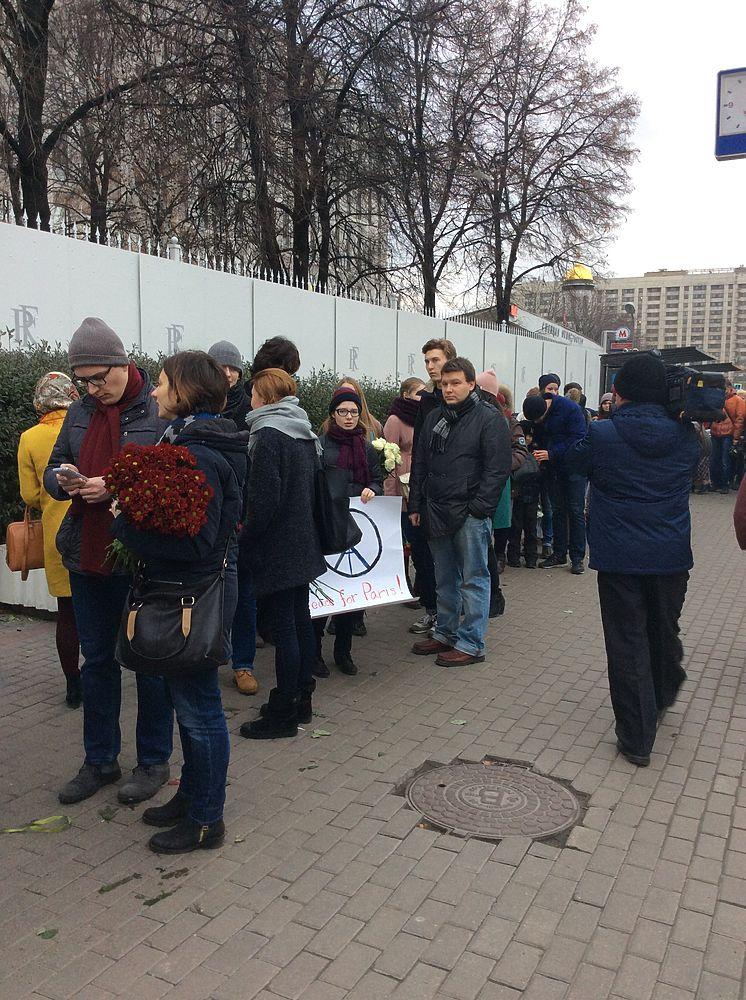 Москвичи несут цветы к посольству Франции после терактов в Париже