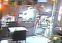 Британская Daily Mail опубликовало шокирующие кадры с камер видеонаблюдения парижского кафе, которое обстреляли террористы 13 ноября