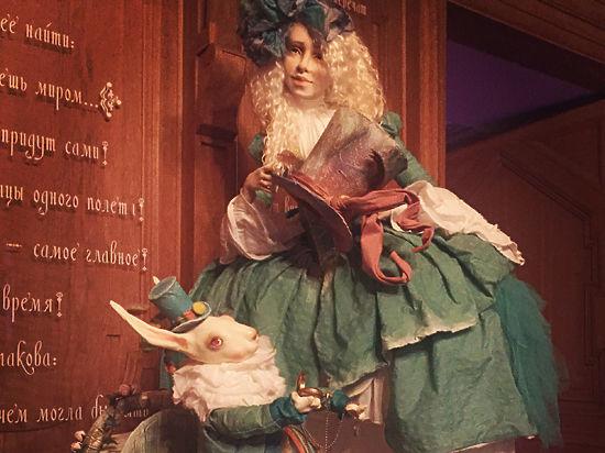 Шляпки и куклы «Алисы в стране чудес»