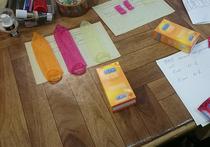 Корреспондент «МК» решила проверить, чем отличаются настоящие «резинки» от китайских подделок, и отнесла их на исследование в лабораторию НИИ резиновых и полимерных изделий