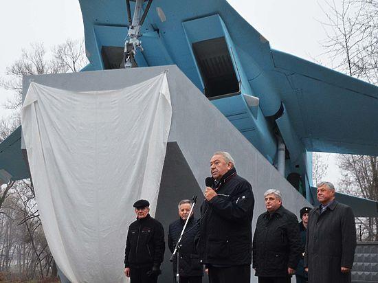 Президент РАН Владимир Фортов подарил родному городу самолет