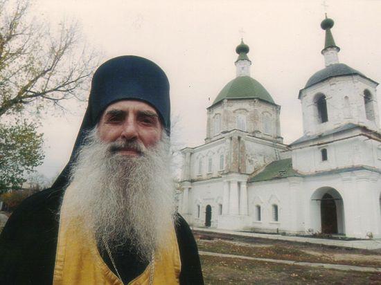 Верующие люди приезжают на могилу к старцу со всей страны, просят помощи и получают ее