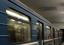 Целых две станции — от «Арбатской» до «Курской» - ехал на крыше поезда метро труп пенсионерки, спрыгнувшей с лестницы перехода на крышу вагона, прежде чем его сняли оттуда стражи порядка