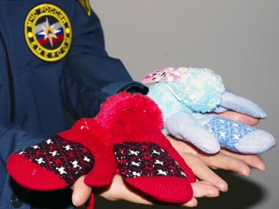 В Иркутской области пожарные собирают теплые варежки для сирот